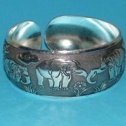 Brede zilveren armband met olifanten - model A