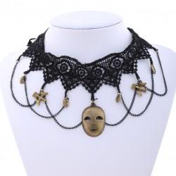 Choker van zwart kant met bronzen masker hanger
