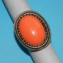 Grote goudkleurige ring met oranje steen