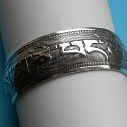 Brede zilveren armband met mantra motief, model A