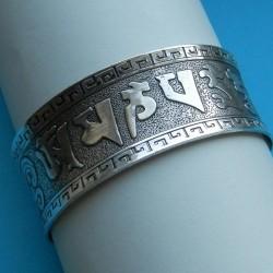 Brede zilveren armband met Mantra motief, model B