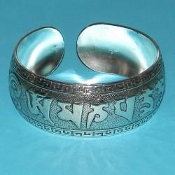 Brede zilveren armband met Mantra motief - model C