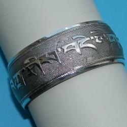 Brede zilveren armband met mantra motief, model D