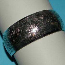 Brede zilveren armband met bloemenrank motief