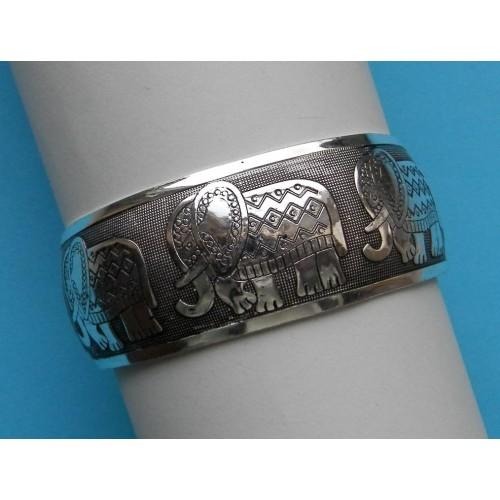 Brede zilveren armband met olifanten motief, model B